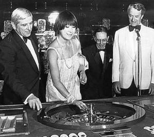 南仏のリディア号内のカジノでルーレットを楽しむ堤邦子=アマド・ジョベール氏提供