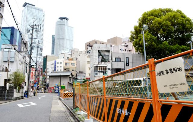 リニア中央新幹線の駅建設のため、公社に委託する前にJR東海が取得した土地。後方は駅前の高層ビル=名古屋市中村区則武2丁目