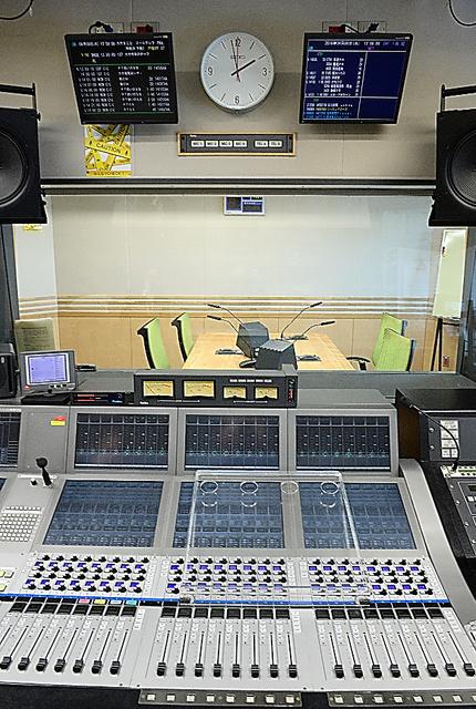 文化放送の副調整室=山本和生撮影