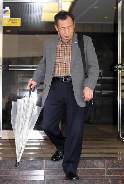 逮捕前、自宅前に姿を見せた田母神俊雄容疑者=14日午前8時15分、東京都世田谷区、関田航撮影