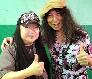 大野祥之さん(左)。都内のライブハウスでロックバンド「BOWOW」のリーダー山本恭司さんと=2015年6月、大野さん提供
