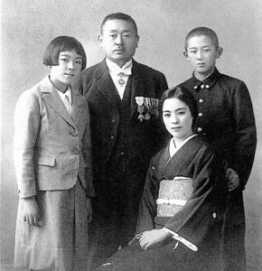 左から堤邦子、康次郎、操、清二。操は大伴道子というペンネームをもつ歌人でもあった=堤家提供