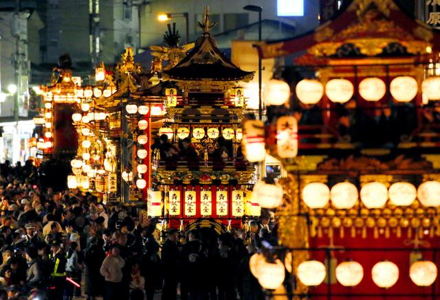 ちょうちんを揺らしながら夜の街を進む屋台=14日夜、岐阜県高山市、細川卓撮影