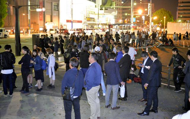 地震に驚いて、大通りに集まった人たち=14日午後10時13分、熊本市中央区の花畑公園、福岡亜純撮影
