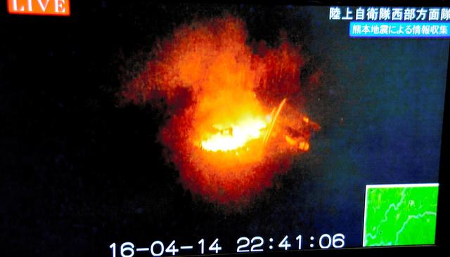 熊本市周辺を飛行する陸上自衛隊ヘリコプターがとらえた火災の様子=14日午後10時41分、陸上自衛隊提供