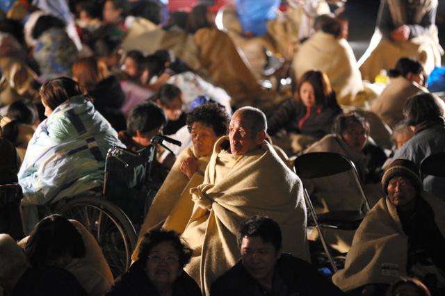 益城町役場に避難した人たち=15日午前0時53分、熊本県益城町、小宮路勝撮影