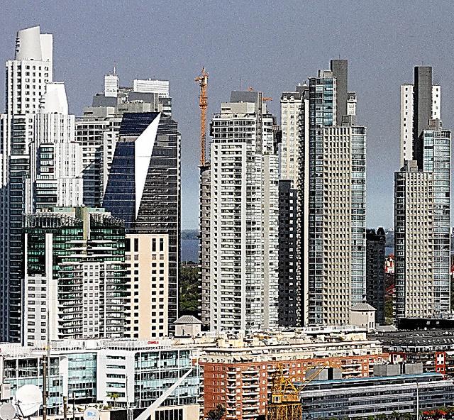 ラプラタ川沿いに並ぶ高層ビル群。数キロ離れると、低所得者が住む古い住宅街が広がる=ブエノスアイレス
