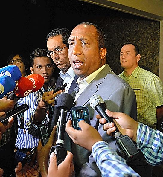 家宅捜索を終え、報道陣の質問に応じる検事=13日、パナマ市、田村剛撮影