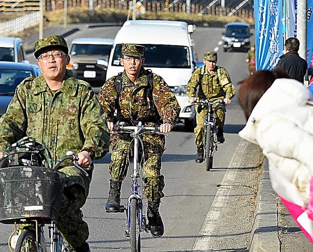 告示前、駐屯地に出勤する自衛隊員に候補者があいさつした=6日、北海道千歳市、恵原弘太郎撮影