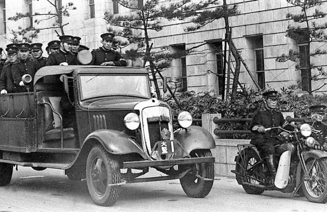 PLの前身「ひとのみち教団」の一斉摘発に向かう警察当局=1937年、大阪府