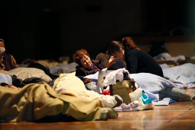 帰宅できず、JR熊本駅近くの小学校で一夜を明かす人たち=15日午前2時54分、熊本市、金子淳撮影