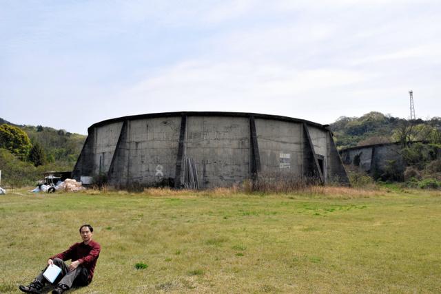 現在のタンク防護壁。浜辺に最も近いものには「8」の数字が白く記されている=福山市内海町の横島