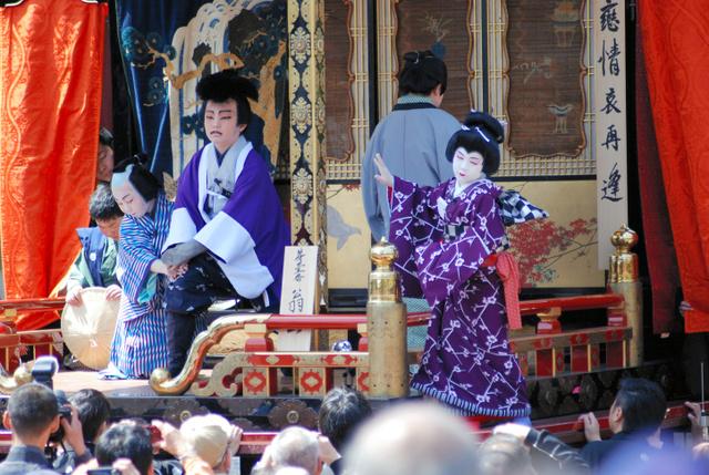 曳山の舞台で熱演する子ども役者たち=長浜市宮前町