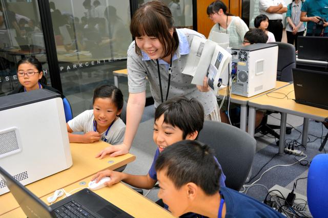 パソコンを使って、ゲーム制作する子どもたち=昨年8月8日、瀬戸市提供