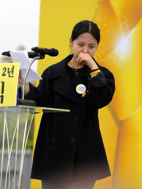 韓国の旅客船セウォル号沈没事故で姉が犠牲になった朴イェジンさん。追悼行事では涙をこらえながら姉に向けて書いた手紙を読んだ=16日午前、京畿道安山市、東岡徹撮影