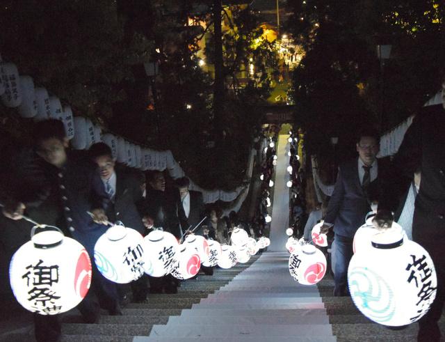 ご神体を移す神事で、ちょうちん行列が続いた邇保姫神社=広島市南区、岡本玄撮影