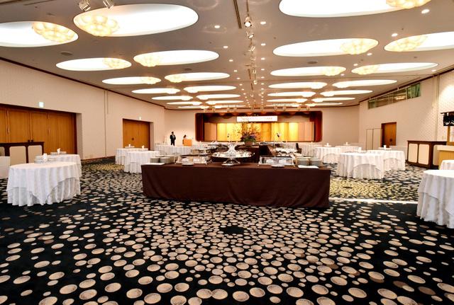 「志摩観光ホテル ザ クラシック」の宴会場「真珠の間」。床は真珠、天井は花をイメージした内装に改装した=17日、三重県志摩市、小川智撮影