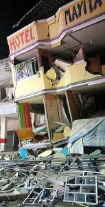 エクアドルの太平洋沿岸の都市マンタで16日、地震で壊れたホテル=AP