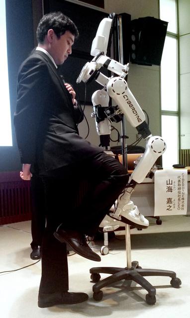 センサーをつけた人の動きに合わせて動くロボットスーツHAL=東京都港区の慶応大学
