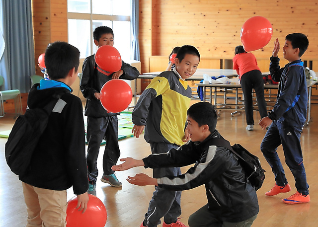 国際NGOが避難場所の小学校に設けた「こどもひろば」で遊ぶ子どもたち=18日午後0時3分、益城町、内田光撮影