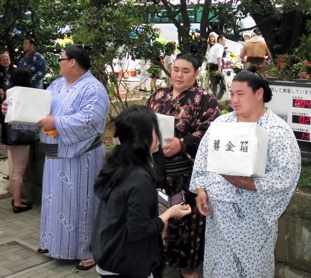 募金活動をする(右から)大分出身の嘉風、熊本出身の天鎧鵬、長崎出身の佐田の富士