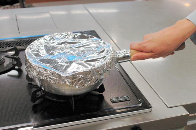 ふたのない鍋はアルミホイルで覆ってご飯を炊く