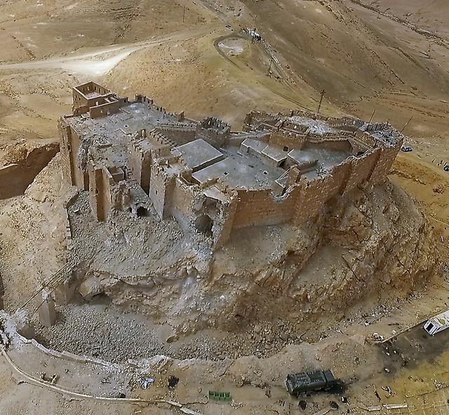 内戦下で損傷を受けたアラブ城。ドローンを使って上空から撮影した=14日、パルミラ、矢木隆晴撮影
