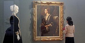 「Modern Beauty」展の会場。絵画作品と、そこに描かれたものに似たドレスが隣り合う