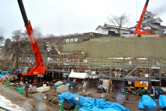 崩落した石垣の復元が進む小峰城跡=1月末、白河市