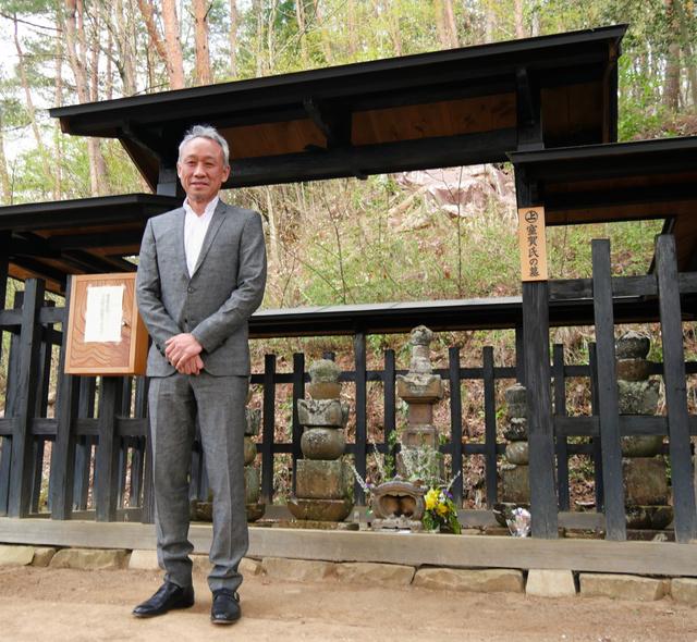 室賀氏の墓と西村雅彦さん=上田市上室賀
