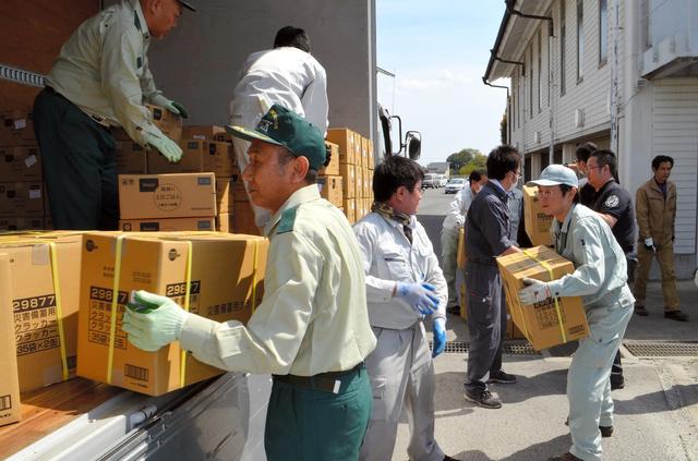 飲料水や米などの支援物資をトラックに積み込む市職員ら=栃木市内