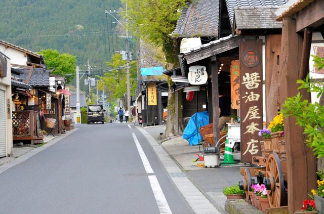 湯布院の湯の坪街道。外国人旅行者にも人気の観光地だが、20日午後の通りは閑散としていた=大分県由布市、柴田秀並撮影
