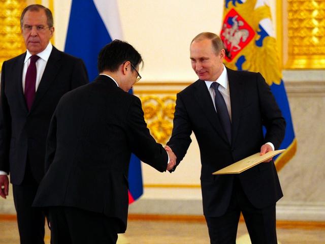 モスクワのクレムリンで20日、上月豊久大使から信任状捧呈(ほうてい)を受けるプーチン大統領=駒木明義撮影