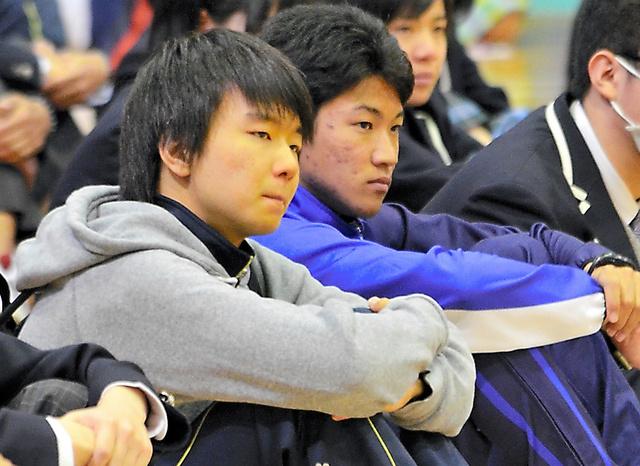 新入生との対面式に臨む遠藤健次さん(右)と青木壱成さん=福島県広野町のふたば未来学園高校