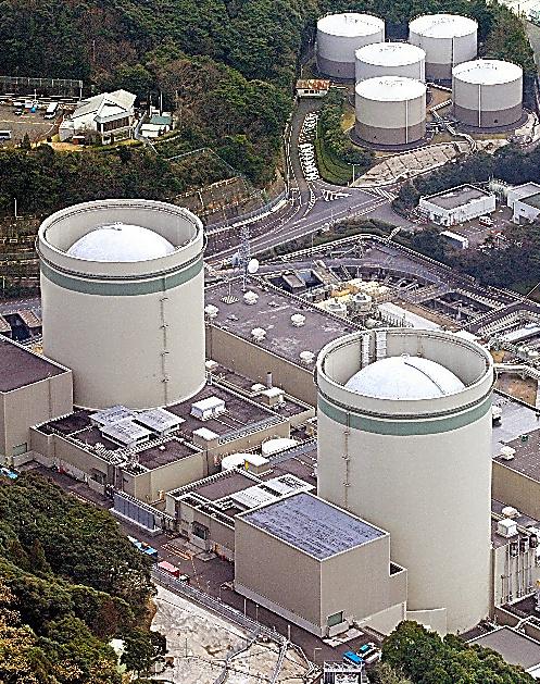 関西電力高浜原発1、2号機=今年1月、福井県高浜町、本社ヘリから