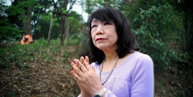 今月2日の桜葬メモリアル。雑木林が広がる桜葬墓地にたたずみ、死者をしのぶ。「大好きな桜吹雪のなかで息絶えたい」=東京都町田市