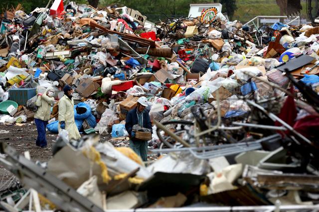 小学校跡地には、被災した住宅などから出たごみが運び込まれ、山積みになっている=21日午前8時43分、熊本県益城町、小宮路勝撮影