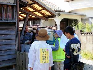 福岡県大牟田市の徘徊模擬訓練。中学生(右端)も参加し、戸別訪問をしている=昨年9月、NPO法人しらかわの会提供