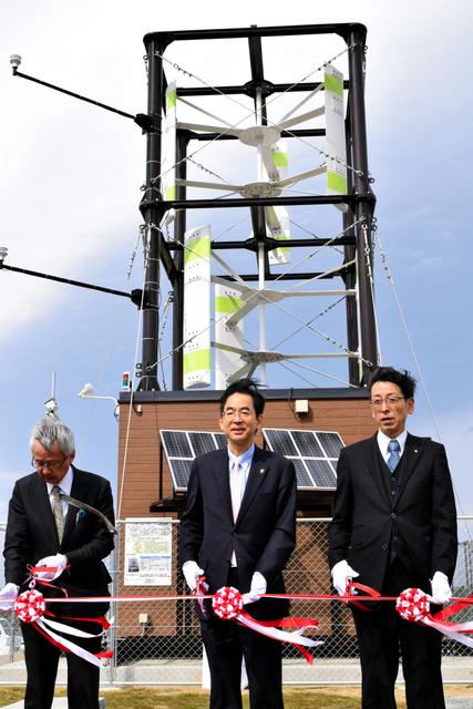 小型風力発電システム「ふくのかぜ」。実証試験開始の記念式典に小林香・福島市長(中央)らが出席した=福島市松川町水原