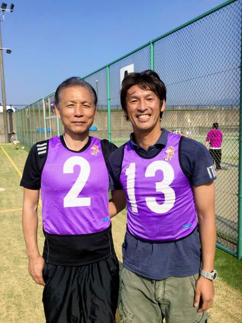 Jリーグ原副理事長と巻選手。熊本で復興支援について意見交換=Jリーグ撮影