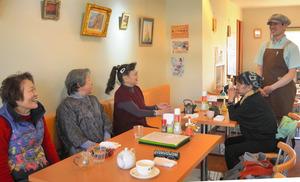 小泉さん(右端)が経営する「元気スタンド・ぷリズム」。常連の女性たちは「居心地が良くて、毎日でも来ちゃう」=埼玉県幸手市