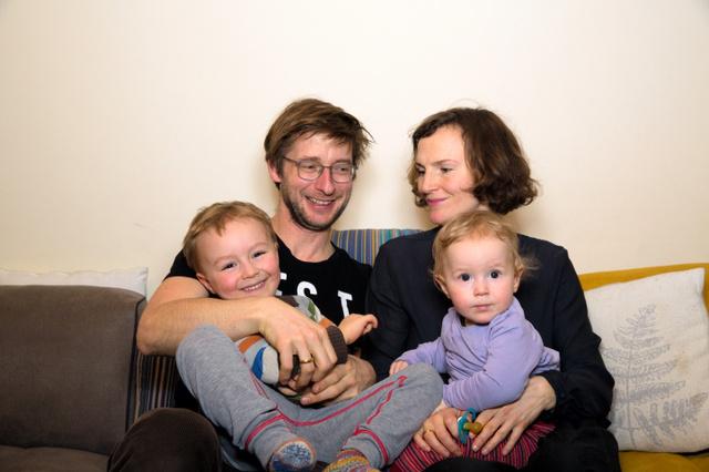夫ローレンツ・サイドラーさんと妻カタリナ・ペッターさん。長男コスモ・ペッターくん、次男カースィミア・ペッターくんと=ウィーン、本人提供