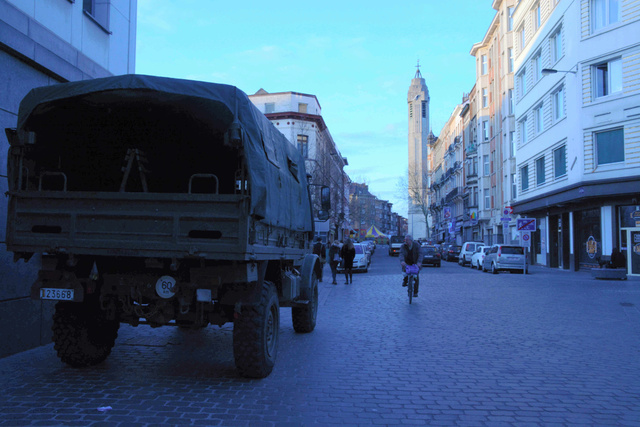 3月22日夕、連続テロ直後のブリュッセル西部モランベーク地区中心部は警備が強化され、軍用車が配備されていた=吉田美智子撮影