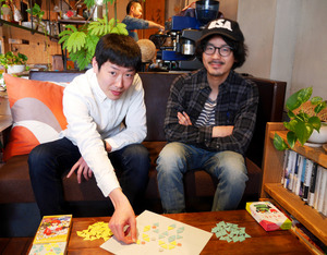 朝戸一聖さん(右)と吉田昌乘さん。手前は開発したゲーム「Ranka」