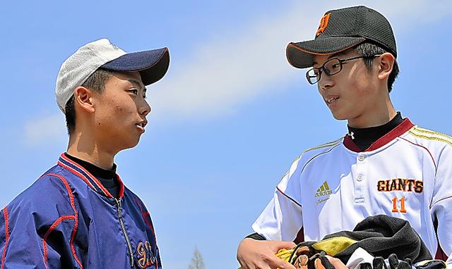 練習後に話す佐藤海斗さん(右)と新妻拓偉さん=福島県広野町