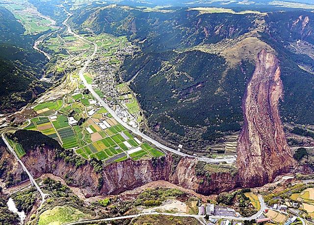 山肌や崖が大きく崩れ落ち国道57号を寸断。阿蘇大橋も崩落した=16日午後3時2分、熊本県南阿蘇村、本社ヘリから、河合真人撮影