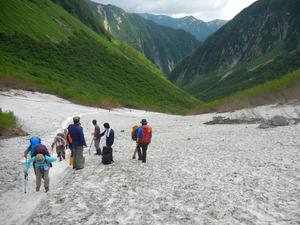 北アルプス・穂高連峰の登山口の涸沢へのルート。真夏でも雪渓が残り、「体力度レベル7、難易度レベルC」のハードなコースだ=2013年7月28日