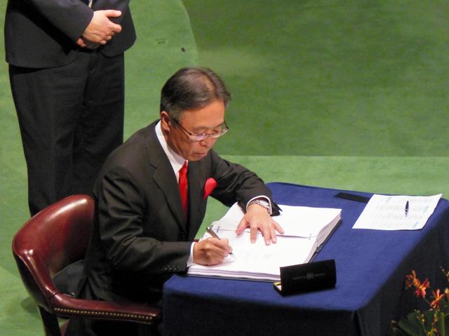 ニューヨークの国連本部で22日、「パリ協定」に署名する吉川元偉・国連大使=小林哲撮影