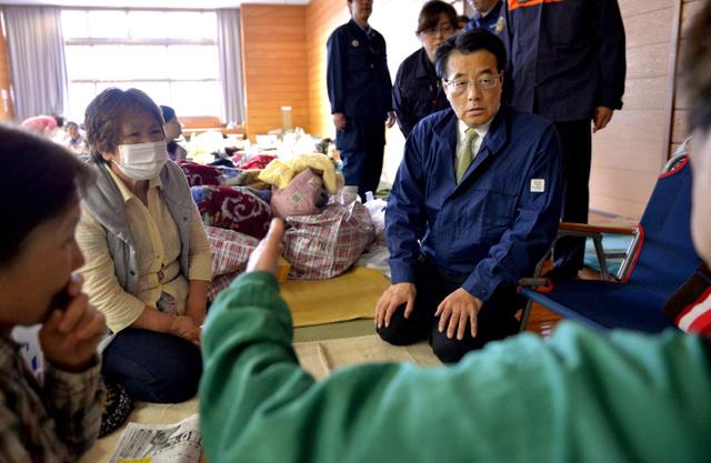 【社会】安倍首相、被災者たちに声をかけて回る 岡田代表も同日被災地入り [無断転載禁止]©2ch.net YouTube動画>6本 ->画像>114枚