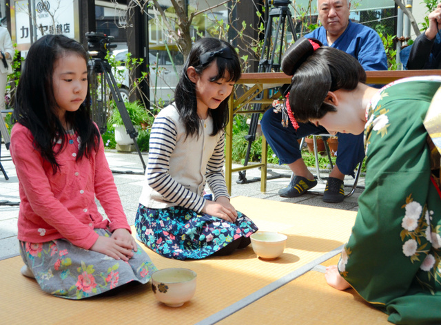 あきた舞妓(まいこ)からの茶を楽しんだ参加者たち=秋田市